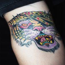 小臂上的老虎头纹身图案