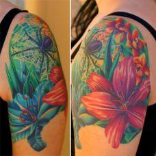 大臂上的蜘蛛花朵纹身图案