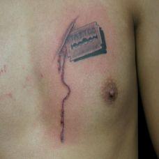 胸前的刀片纹身