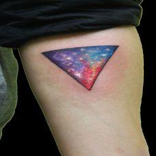 胳膊上的三角形纹身