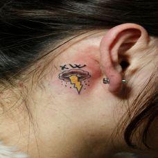 耳后雷霆纹身