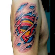 胳膊上的超人标志纹身