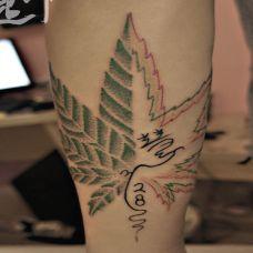 小腿纹身:大麻叶与文字