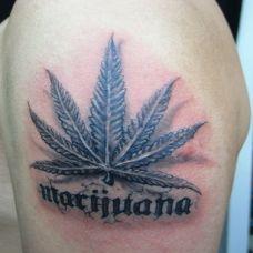 胳膊上的大麻叶与字母纹身