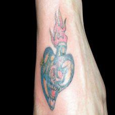 手背上的心纹身