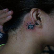 耳后的扇子纹身