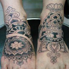 脚背上的民族风图腾纹身