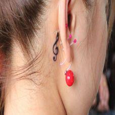 耳后的音符纹身