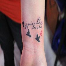 手腕上的英文纹身