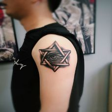 手臂六芒星的上帝之眼纹身图案
