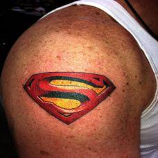 胳膊上超人的符号纹身