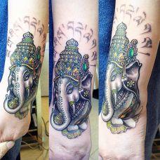 手腕上的象神纹身