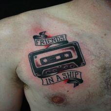 胸前老版的磁带纹身