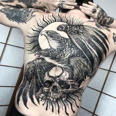 鹰击长空,满背老鹰与骷髅纹身图案