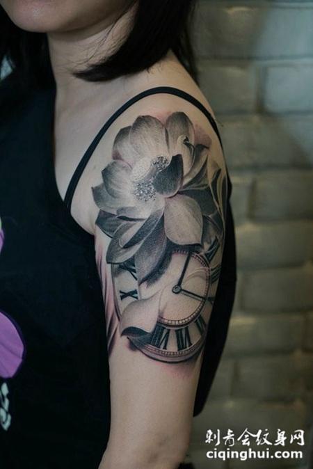 美丽的时光,手臂黑灰3d莲花时钟纹身