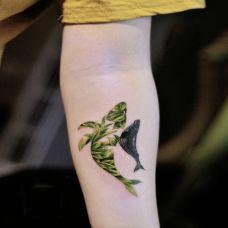 怡然自得,手臂个性鲸鱼彩绘纹身