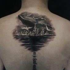 兴风作浪,后背黑灰鲸鱼纹身图案