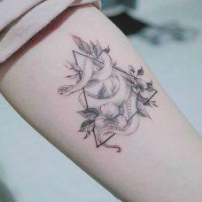 花间游走,手臂蛇与鲜花纹身图案