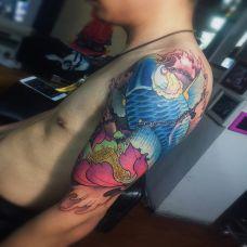 鱼跃莲池,大臂好看的鲤鱼与莲花彩绘纹身