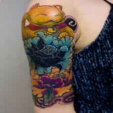 富贵花开,大臂牡丹与招财猫彩绘纹身