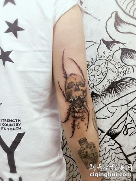 奇行异种,手臂古怪骷髅纹身图案