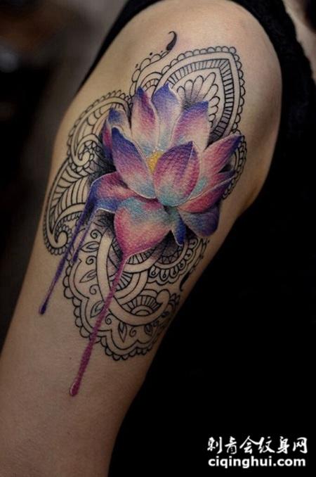 流光溢彩,手臂水彩莲花纹身图案