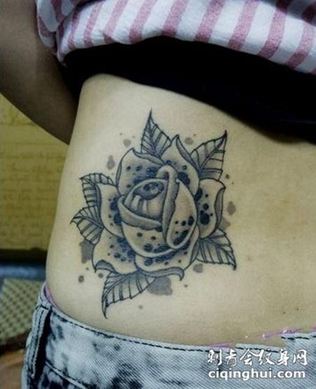 经典玫瑰腰部纹身