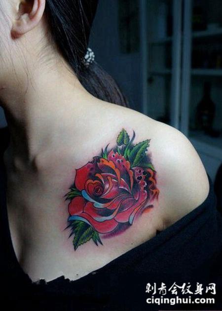 炫彩玫瑰胸部纹身