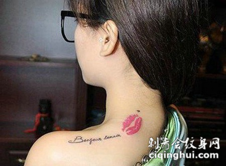 美女后肩小清新英文字母纹身图案大全