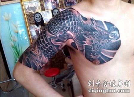 男士经典披肩龙纹身