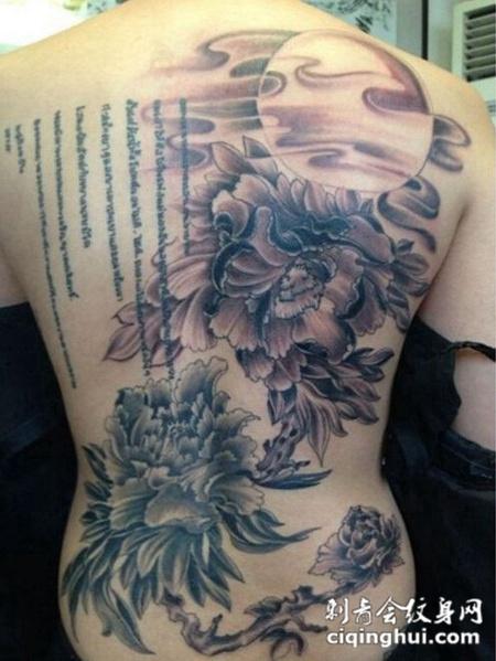 后背的山水画图案纹身