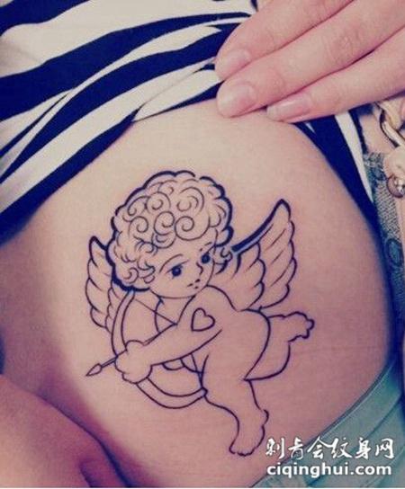 翘臀美女臀部纹身图案