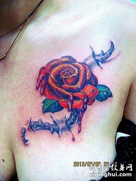 女性胸部精致滴血玫瑰纹身图案
