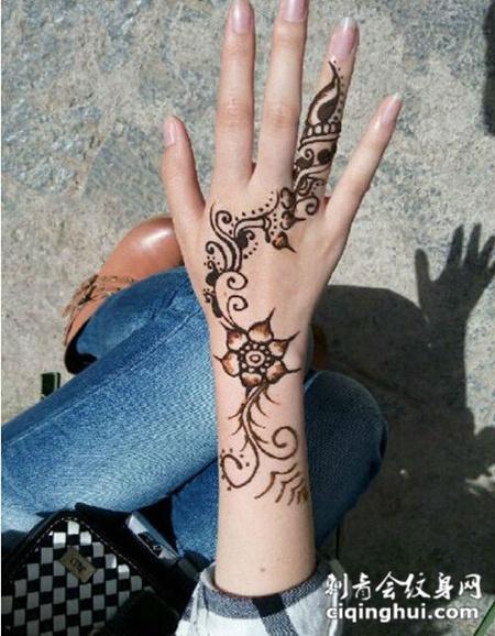 个性的印度海娜纹身