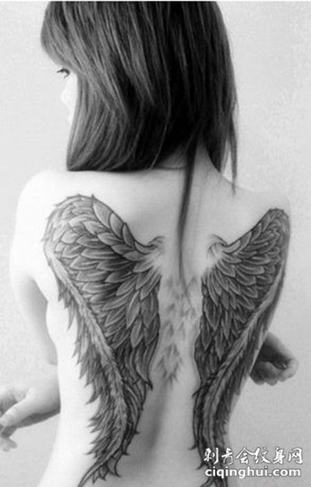 个性背部羽毛翅膀纹身图案