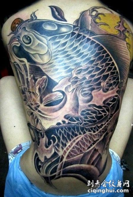 源之道鲤鱼背部纹身图片