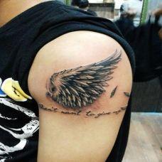 手臂个性黑色翅膀纹身图案