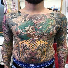 龙吟虎啸,满胸神龙与老虎彩绘纹身
