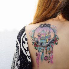 梦的故乡,后背彩色捕梦网纹身图案