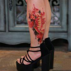 火红的颜色,小腿红色锦鲤纹身图案