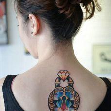 美女背部同心锁个性纹身