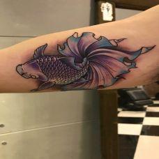 如鱼得水,手臂可爱的小金鱼彩绘纹身