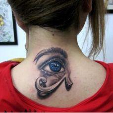 颈部个性的眼睛纹身