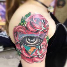 发现美的瞬间,大臂上帝之眼与玫瑰花彩绘纹身