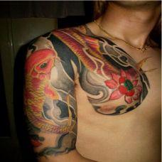 胸部彩绘鲤鱼半甲纹身图案