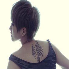 短发美女背部黑色个性翅膀纹身图案
