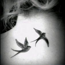 黑白燕子颈部纹身