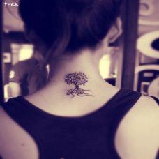 女孩背部唯美小树艺术纹身图案