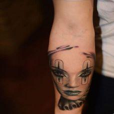 胳膊上经典小丑黑色刺青纹身图案