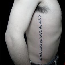 男生侧腰拉丁文纹身经典图案